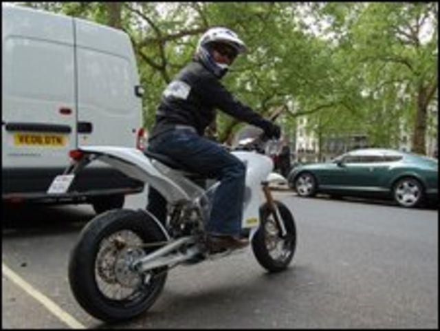 Нил Саики на мотоцикле