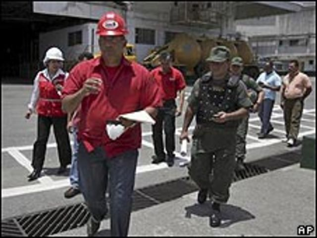 Rafael Coronado (al frente) en la factoría de Cargill
