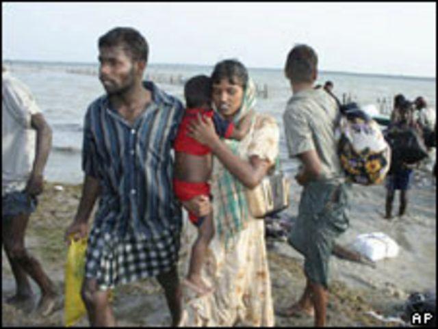 Civiles de origen tamil, llegan a un área de control del gobierno (Foto: Archivo)