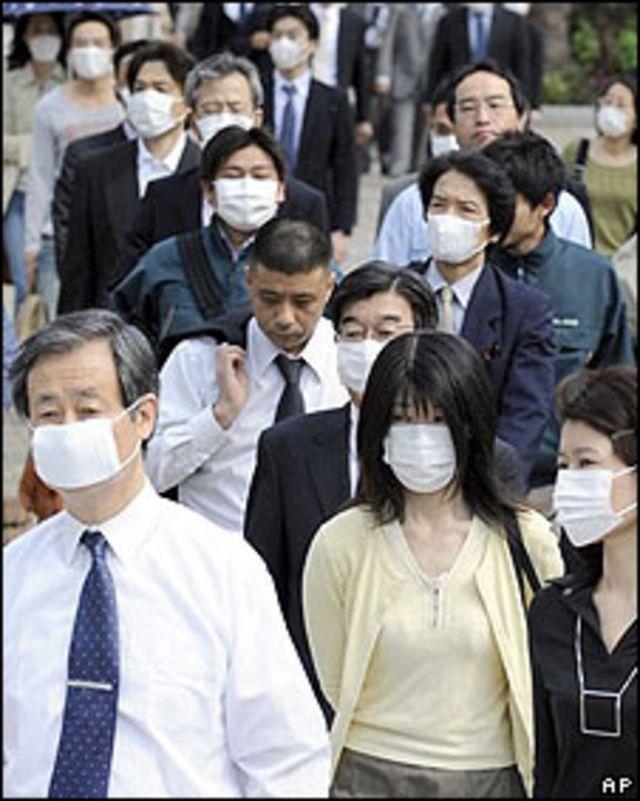 Personas yendo al trabajo en Kobe el 18 de mayo.