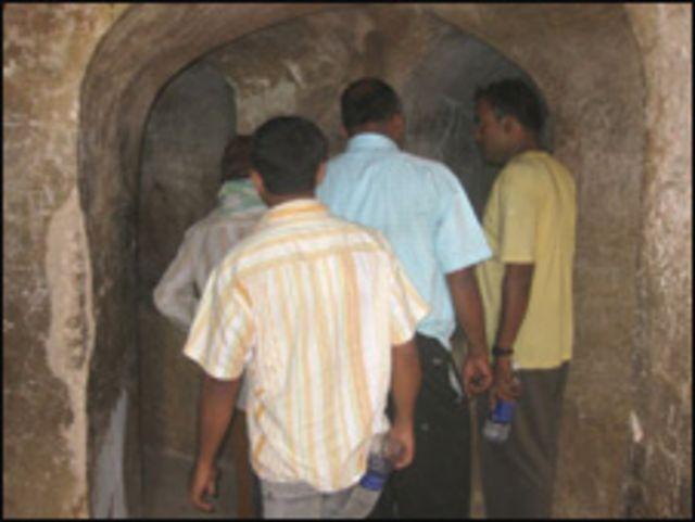امام باڑے کی اوپر کی منزل میں بھول بھلیوں سے ثابت ہوا کہ دیواروں کے بھی کان ہوتے ہیں