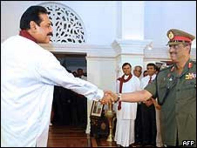 El presidente de Sri Lanka, Mahinda Rajapaksa, da la mano al general Sarath Fonseka