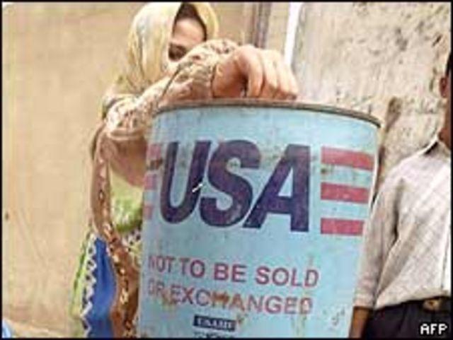 Niña iraquí con contenedor de asistencia estadounidense