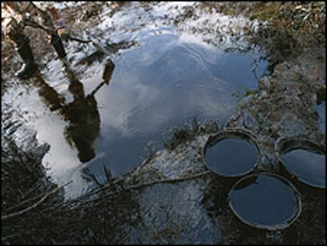 Derrame de petróleo en Magdalena, Argentina, en 1999. (Foto: Ala Plástica)