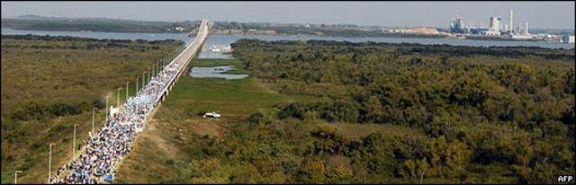 Vista de la planta de Botnia desde el lado argentino del río Uruguay