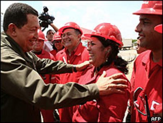 Hugo Chavez, junto a trabajadores de Pedevesa, el 21 de mayo de 2009.