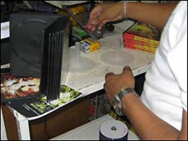 Vendedor de CDs piratas en Caracas