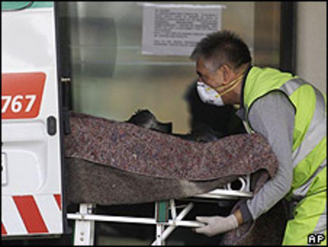 Enfermero subiendo un infectado a una ambulancia en Santiago el 18 de mayo.