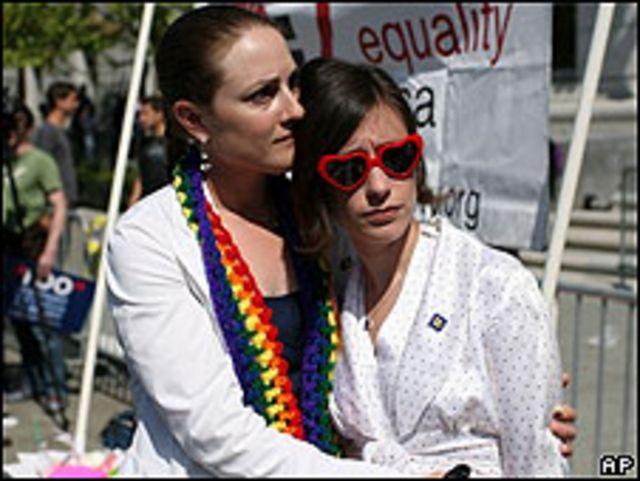 Pareja decepcionada por la decisión de la Corte Suprema de California sobre los matrimonios gay