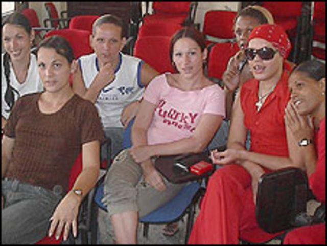 Transexuales reunidos en el CENESEX