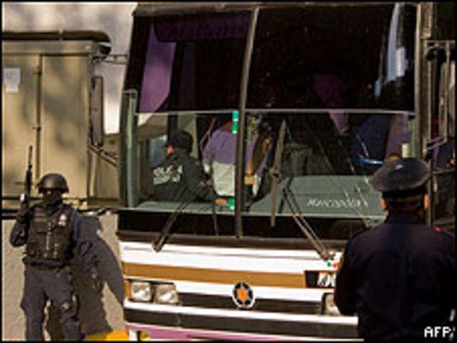 Traslado de los funcionarios detenidos en el estado de Michoacán baja de avión de la policía