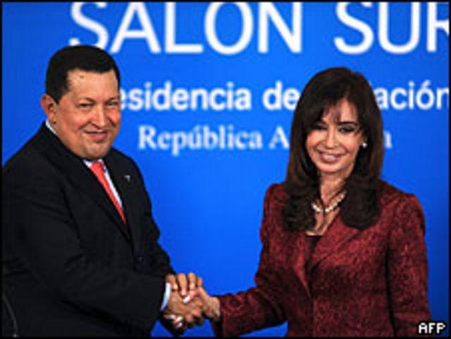 Apretón de manos entre el presidente venezolano, Hugo Chávez, y su homóloga argentina, Cristina Fernández, 15 mayo 2009