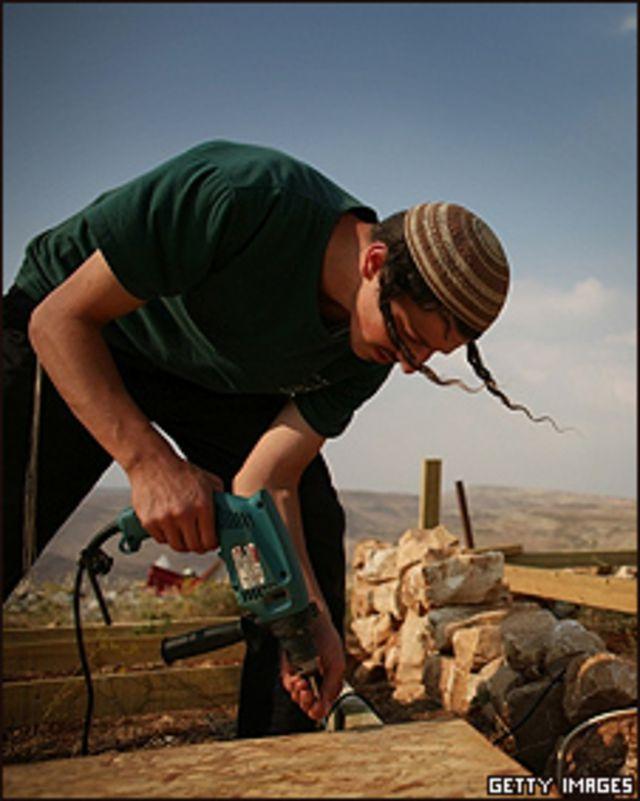 Un joven constructor en la localidad de Maoz Esther, cerca del asentamiento de Kokhav Hashahar en Cisjordania