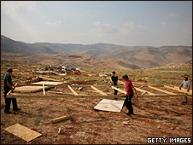 Constructores judíos trabajan en la localidad de Maoz Esther, cerca del asentamiento de Kokhav Hashahar en Cisjordania.