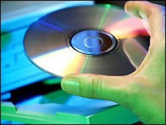 CD colocándose en computador