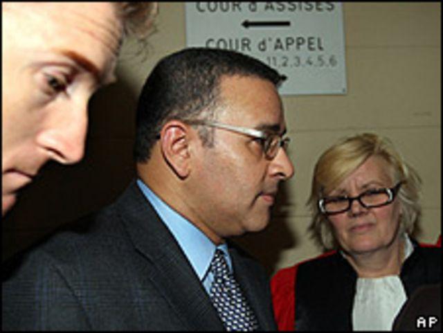 Mauricio Funes, presidente electo de El Salvador, al retirarse de la audiencia judicial