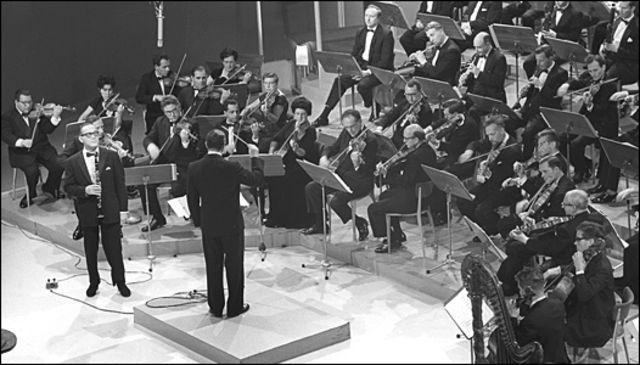 Benny Goodman (con anteojos y el clarinete en la mano) en 1964