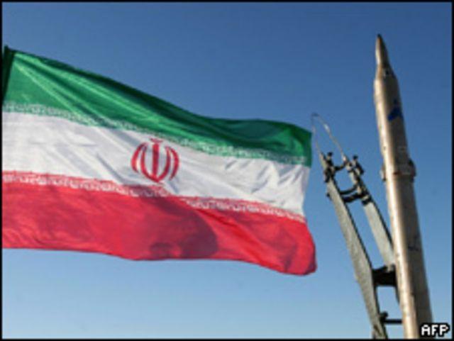 Bandera iraní ondea antes de la prueba de un misil