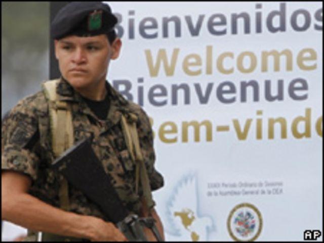 Soldado hace guardia en el centro de convenciones donde se efectuará la asamblea