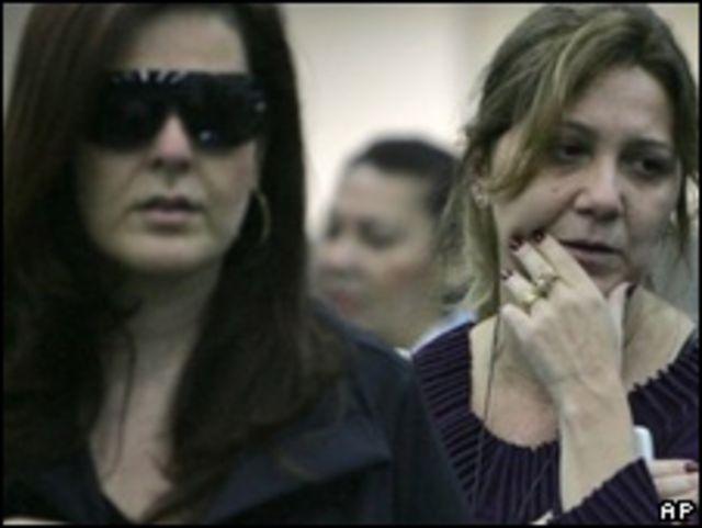 Mujeres esperando por información en el aeropuerto de París.