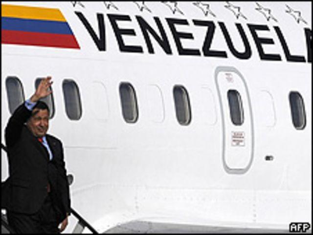 Hugo Chávez desciende de su avión presidencial a la llegada a Quito, en mayo de 2009.