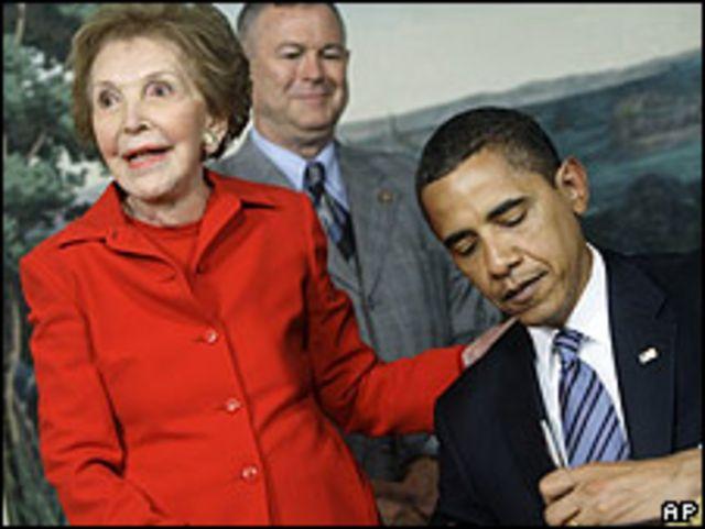 La viuda de Ronald Reagan, Nancy, junto al presidente de los EE.UU., Barack Obama.
