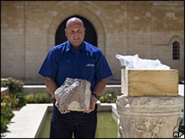 Haim Shchupak, inspector de la Autoridad de Antigüedades de Israel, sujetando la piedra recuperada
