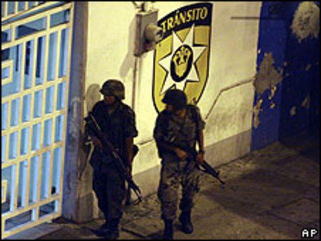Soldados hacen guardia frente a una estación de policía en Veracruz.