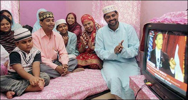 Familia musulmana mira por televisión el discurso de Barack Obama