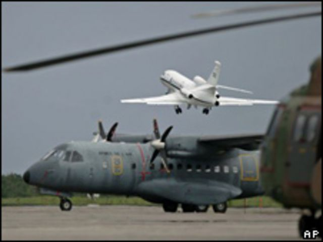 Fuerza aérea brasileña sigue buscando restos del avión de Air France.