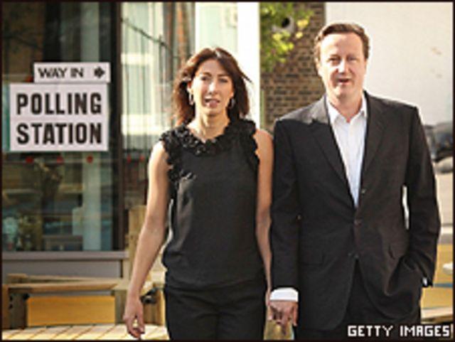 David Cameron, líder de los conservadores, y su esposa Samantha, a la salida de la votación, el jueves