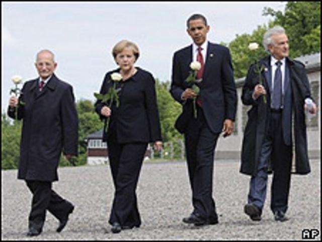 Obama y Merkel acompañados de supervivientes del holocausto.