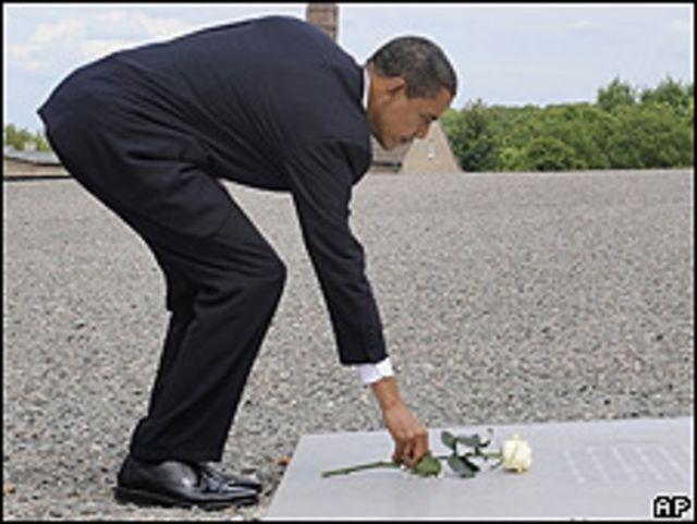 Barack Obama deposita una rosa en el campo de concentración de Buchenwald