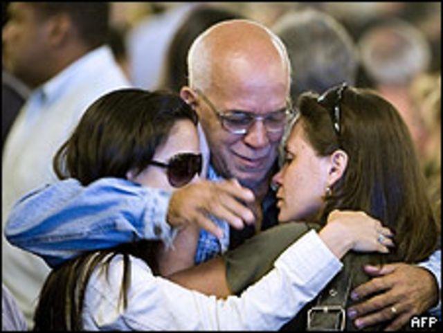 Parientes y amigos de desaparecidos del vuelo de Air France, durante un homenaje en la catedral de Río de Janeiro, 4 junio 2009