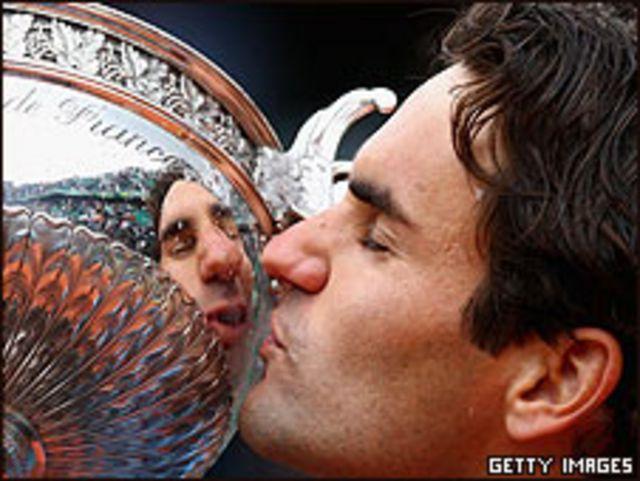 Federer besa la codiciada Coupe des Mousquetaires.