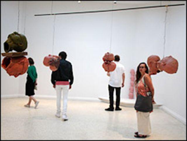 """""""Cuatro pares de cabezas (Cera)"""" de Bruce Nauman, 1991"""