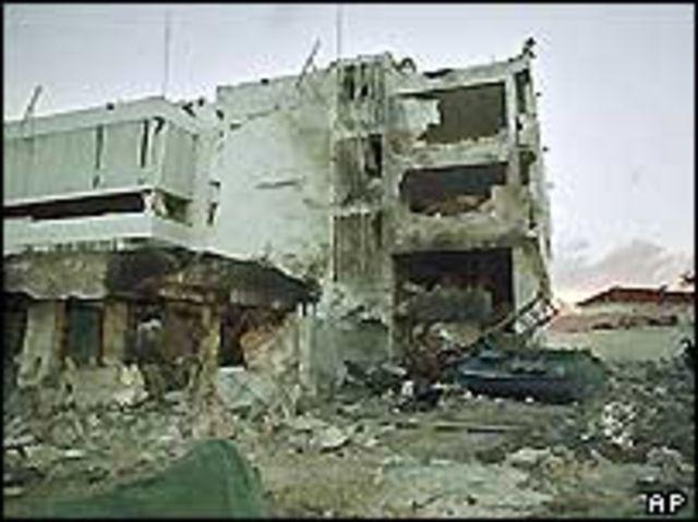 Edificio de la embajada de EE.UU. en Dar es Salaam el 8 de agosto de 1998, un día después del ataque.