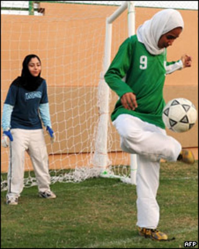 Niñas sauditas jugando al fútbol