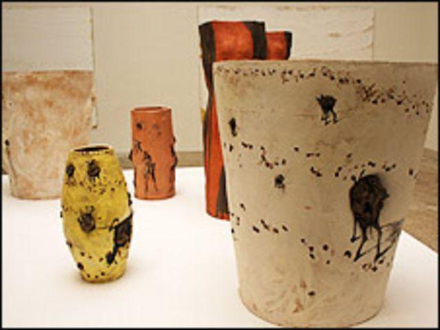 Obras de cerámica de Barceló en el pabellón de España.  Foto: Manuel Toledo, BBC Mundo