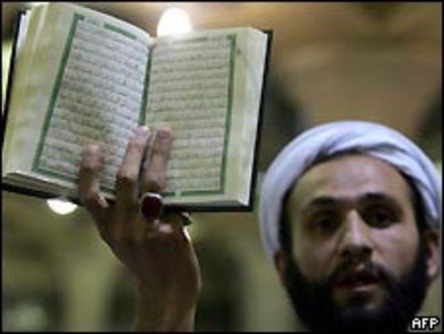 Clérigo iraní mostrando el Corán.