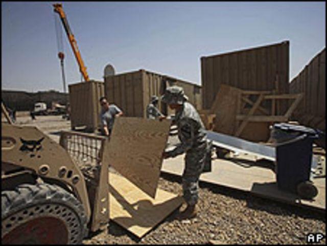 Soldados de EE.UU. desarman base en Irak.
