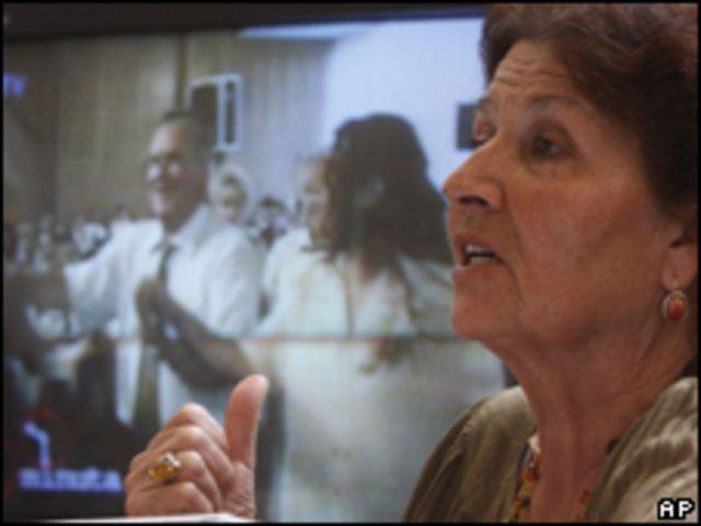 Una sobreviviente de Sbrenica comenta las imágenes de Ratko Mladic