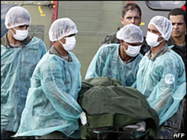 Personal militar brasileño traslada un cuerpo hallado en el océano