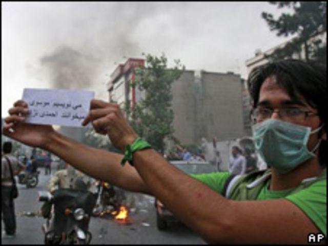 Opositor protesta en Irán.