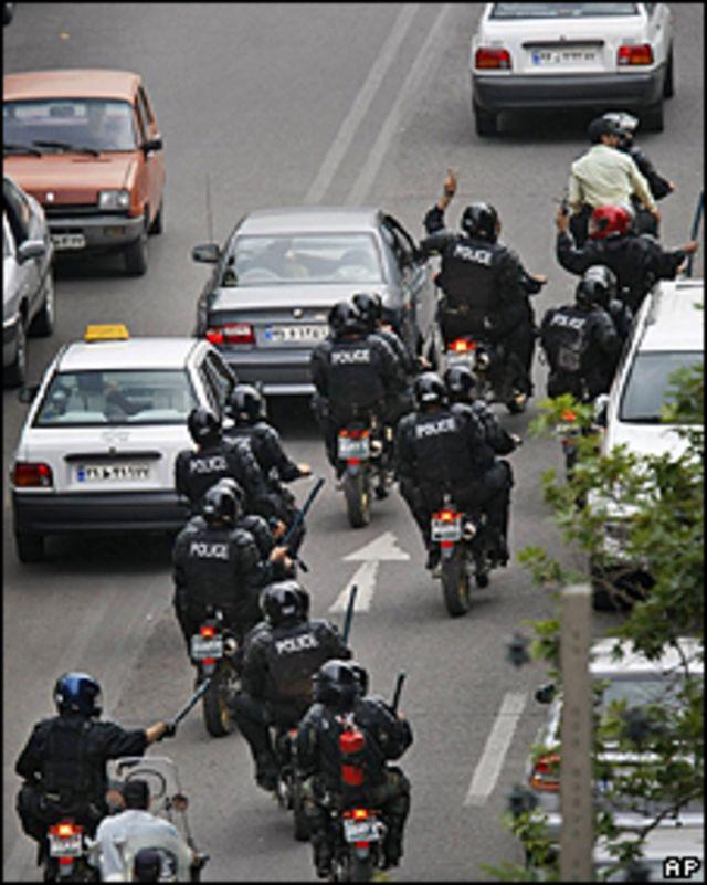 Policías dirigiéndose a la zona de los enfrentamientos