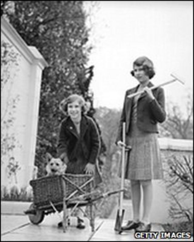 Будущая королева (справа) и принцесса Маргарет