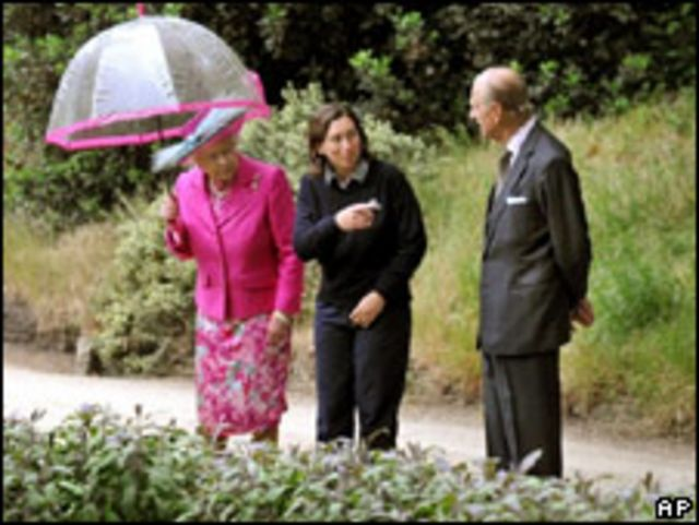 Королева и герцог Эдинбургский в саду Букингемского дворца