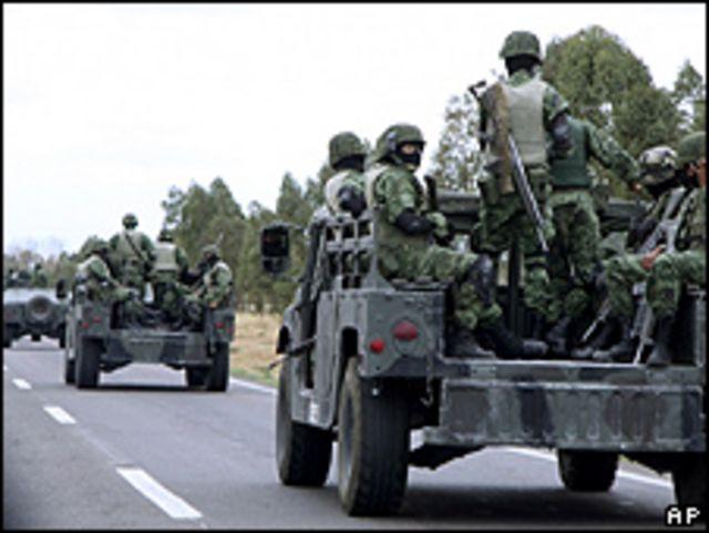 Soldados se desplazan cerca de la prisión Cieneguillas, en Zacatecas, México. Foto de archivo: 17-05-09