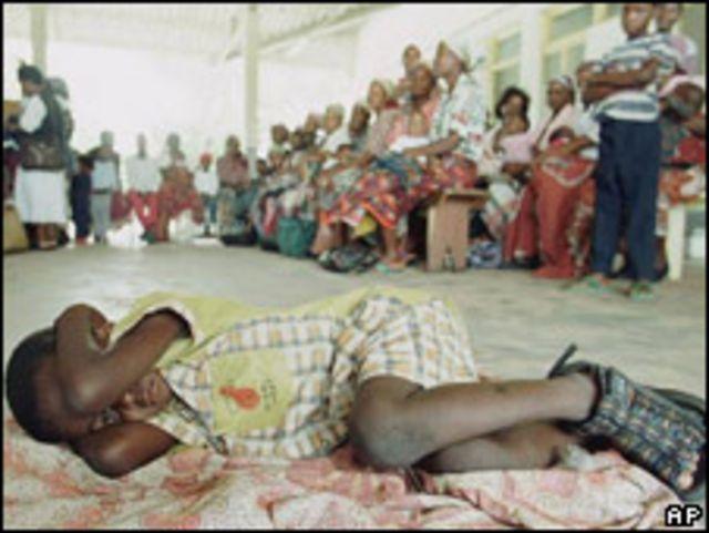 Niño con malaria en Mozambique.
