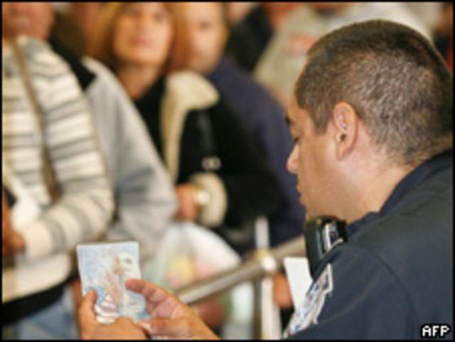 Puesto de control de pasaportes en la frontera de Estados Unidos